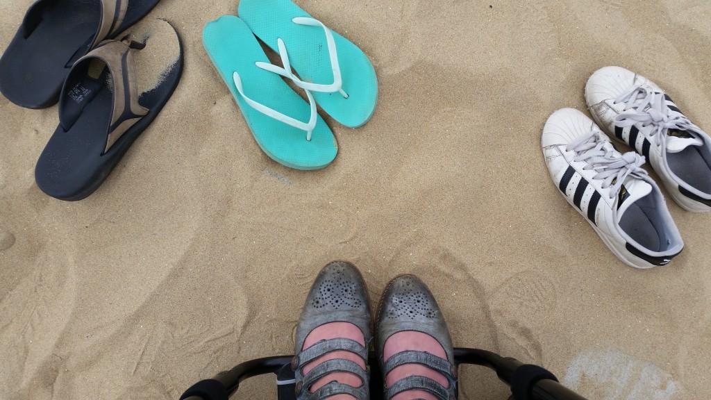 schoenen zand strand rolstoel