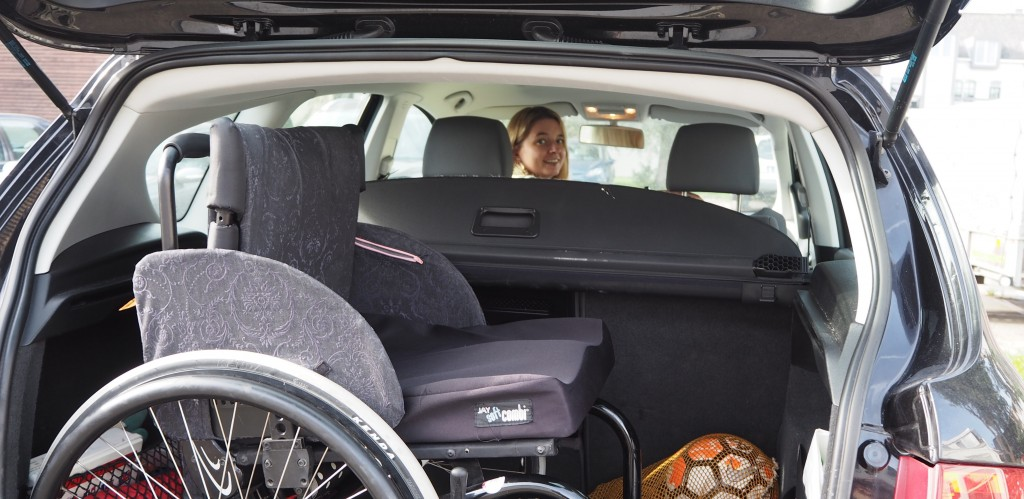 rolstoel in auto gehandicaptenparkeerkaart